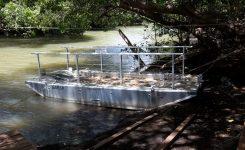 Un bac à chaîne pour traverser la rivière du Galion